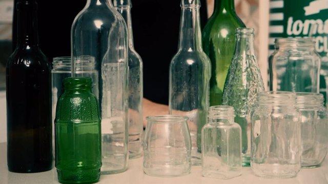 Envases de cristal que pueden ser reciclados.