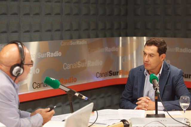 Juanma Moreno, este lunes, durante la entrevista