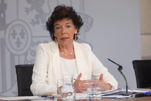 La portavoz del Gobierno y ministra de Educación en funciones, Isabel Celaá, durante su intervención en la rueda de prensa tras el consejo de ministros en La Moncloa.