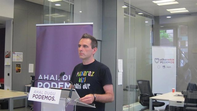 El secretario de Comunicación de Podemos Euskadi, Andeka Larrea, en rueda de prensa