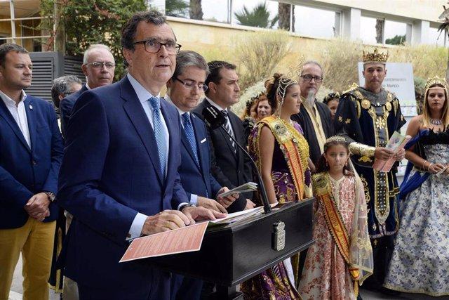 El alcalde de Murcia, José Ballesta, junto al concejal de Cultura y Recuperación del Patrimonio, Jesús Pacheco, y representantes de los distintos colectivos participantes, ha presentado este lunes el programa de la Feria de Murcia 2019