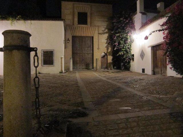 Imagen nocturna de una plaza del casco historico de Córdoba