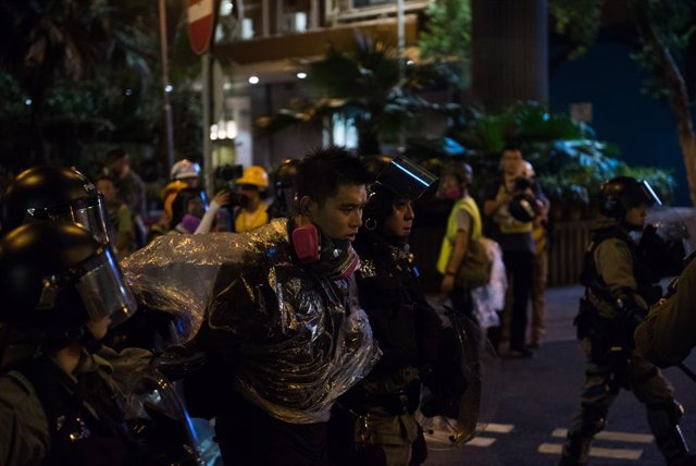 Un manifestant detingut durant les protestes d'Hong Kong.