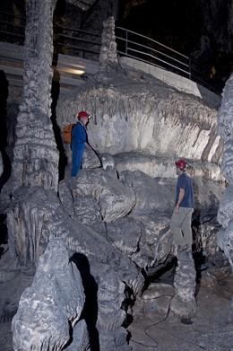 Investigadores estudian los niveles de sobrecrecimiento freático en espeleotemas en la Cueva de Artá, en Mallorca