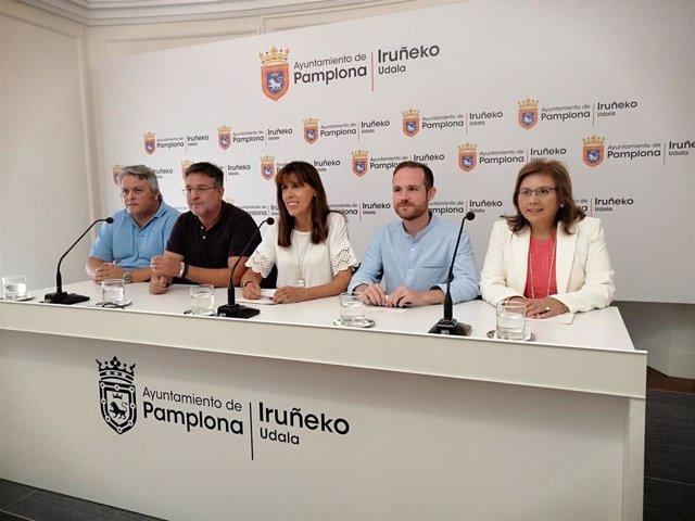 Maite Esporrín, en el centro, junto al resto del grupo municipal del PSN en el Ayuntamiento de Pamplona