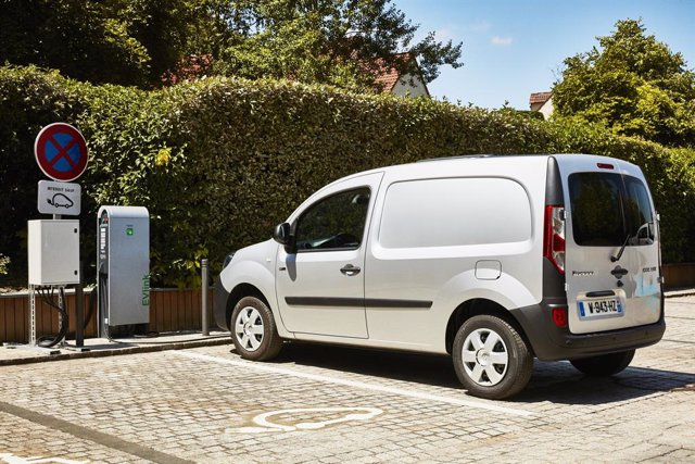 Un vehículo eléctrico recargando (Renault Kangoo ZE)
