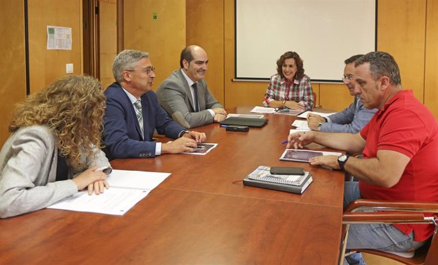 La consejera de Empleo y Políticas Social, Ana Belén Álvarez, se reúne con representantes de los agentes sociales
