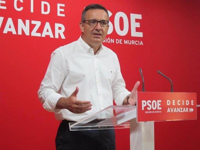 El secretario general del PSRM y portavoz del Grupo Parlamentario Socialista, Diego Conesa, en rueda de prensa en el sede del PSOE