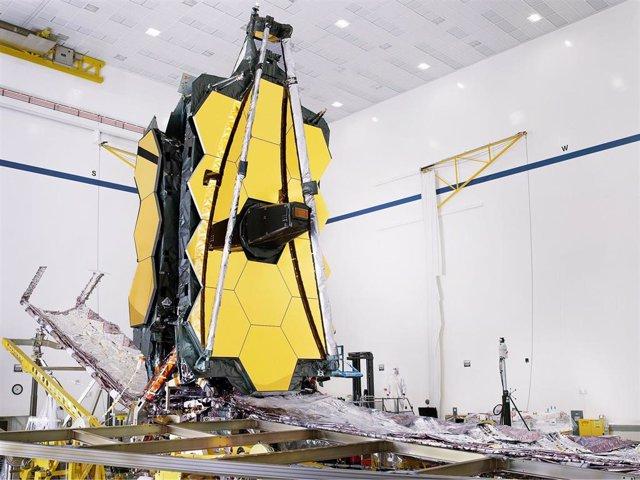 El telescopio espacial James Webb completamente ensamblado con su parasol y estructuras de paletas unificadas que se pliegan alrededor del telescopio para su lanzamiento