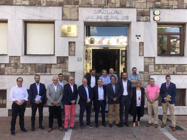 Reunión del consejero, Francisco Martín, y alcaldes y concejales del Besaya para conocer el estudio sobre la comarcalización del transporte