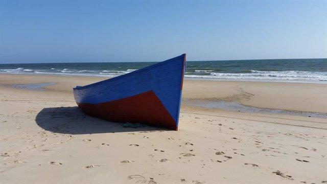 Una patera desembarca en una playa.