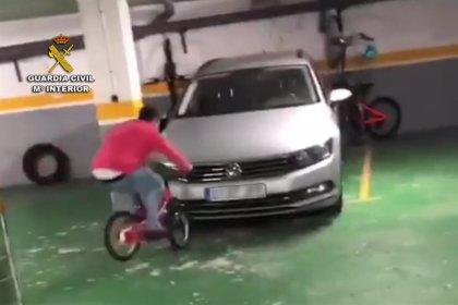 Identifican en un vídeo colgado en redes sociales a un joven causando daños en un garaje de Baiona
