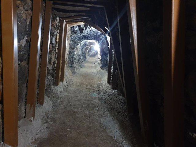 Mina de acceso a la geoda gigante de Pulpí (Almería)