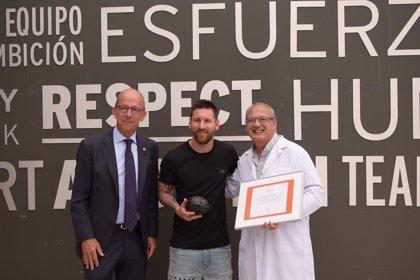 Fútbol.- Messi recibe el Balón Educativo de Scholas