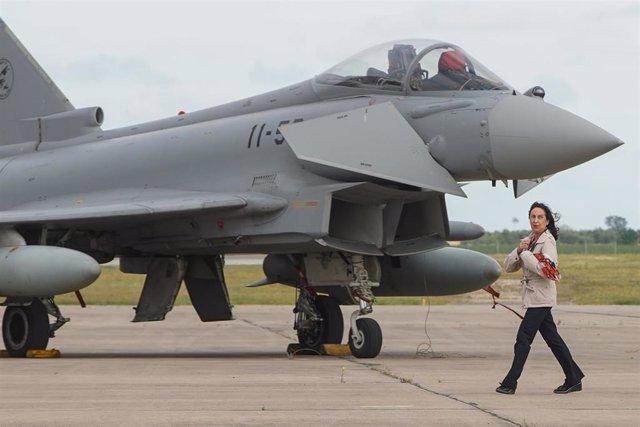 La ministra de Defensa en funciones, Margarita Robles, junto a un caza Eurofighter en la base de Morón