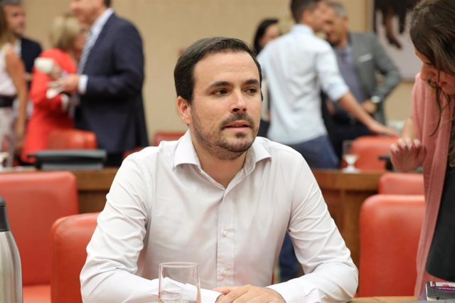 El coordinador general de Izquierda Unida, Alberto Garzón, momentos antes de empezar la reunión de la Diputación Permanente del Congreso en la que se debate sobre el Open Arms, los incendios en Canarias y el brote de listeriosis.