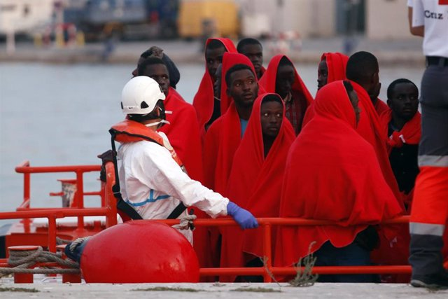Llegada al puerto de Málaga de 73 personas rescatas de una patera por salvamento Marítimo