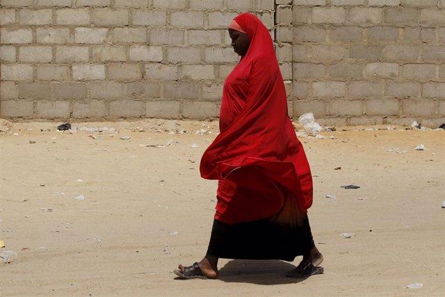 Una mujer en un campo de desplazados por Boko Haram