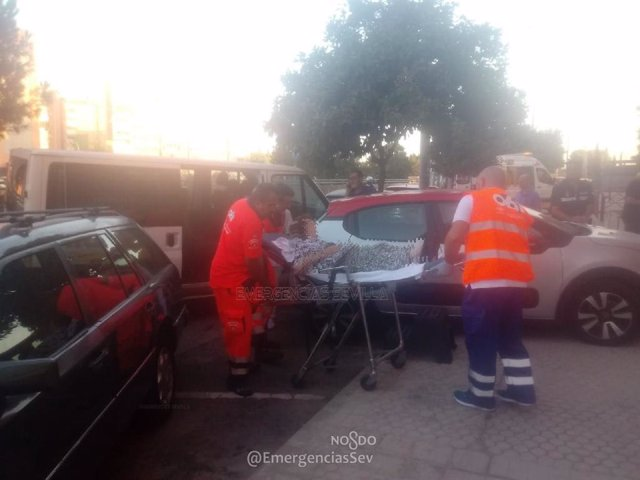 Traslado de la anciana herida tras el accidente vial en Sevilla