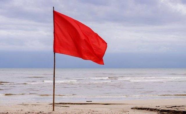 Bandera roja en una playa de La Manga.