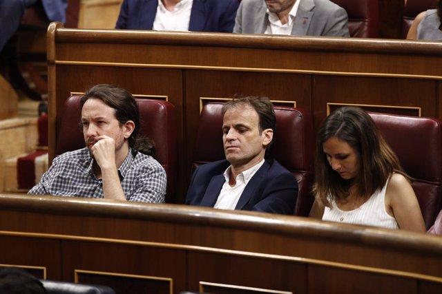 El secretari general d'Unides Podem, Pablo Iglesias; el portaveu d'ECP al Congrés, Jaume Asens; i la portaveu adjunta de Podem al Congrés, Ione Belarra, asseguts en els seus escons durant la primera sessió del debat d'investidura a la Presid