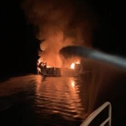 Incendio de un barco frente a las costas de California