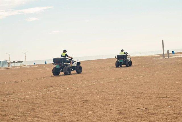 Policías Locales patrullando en una playa de València