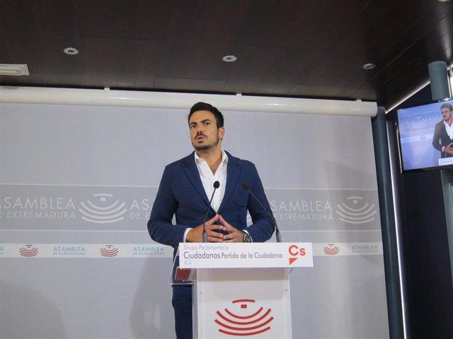 El diputado de Ciudadanos en la Asamblea David Salazar en rueda de prensa para valorar el paro de agosto en Extremadura