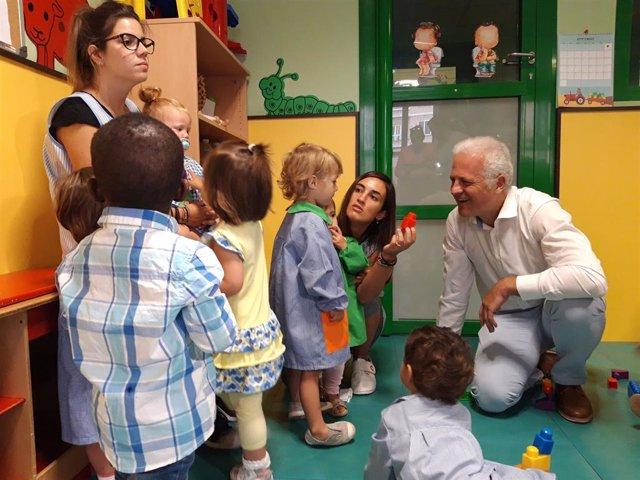 El alcalde de Logroño, Pablo Hermoso de Mendoza, inaugura el curso escolar en la escuela infantil 'Casa Cuna'