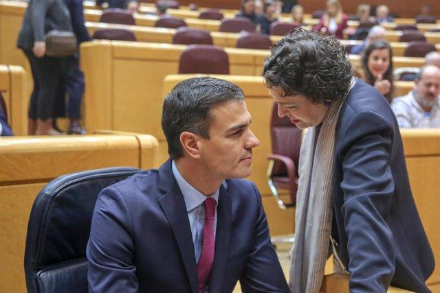 El presidente de Gobierno, Pedro Sánchez, y la ministra de Trabajo, Migraciones y Seguridad Social, Magdalena Valerio, hablan durante el último pleno de control al Gobierno en el Senado de la primera legislatura de Sánchez.
