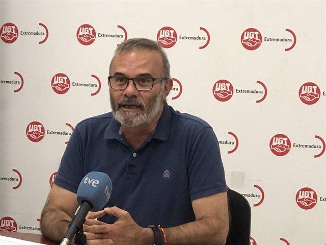 El secretario de Formación y Empleo de UGT Extremadura, Ricardo Salaya, en rueda de prensa para valorar el paro de agosto