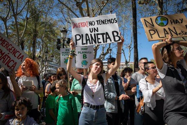 Marcha de jóvenes contra el cambio climático bajo el lema 'Juventud por el clima' en Sevilla
