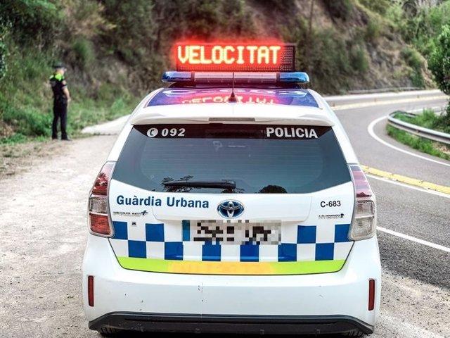 Vehicle de la Gurdia Urbana realitzant un control de velocitat.