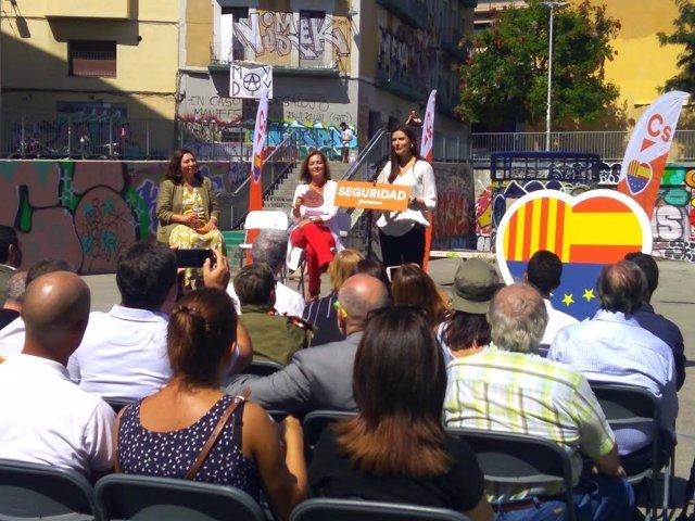Lorena Roldán, Luz Guilarte i Carina Mejías en un acte polític en el Raval