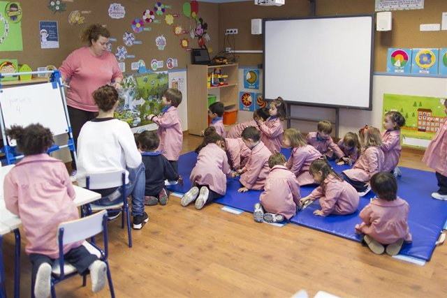 La ley recomienda que el horario lectivo no supere las 18 horas semanales para los maestros y las 23 para profesores de Secundaria.