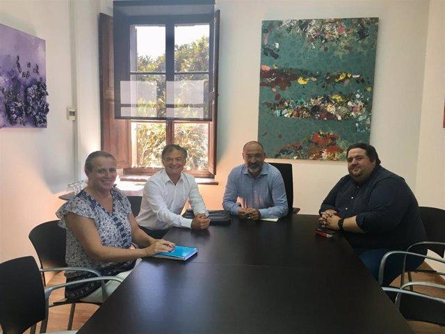 El conseller de Turismo y Deportes del Consell de Mallorca, Andreu Serra (segundo por la derecha),  se reune con el presidente de Mallorca Convention Bureau, Ramón Vidal (segundo por la izquierda).