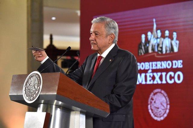 Andrés Manuel López Obrador muestra una cámara oculta