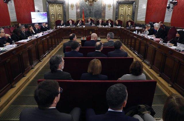 """Els dotze líders independentistes acusats pel procés sobiranista catal que va derivar en la celebració de el 1-O i la declaració unilateral d'independncia de Catalunya (DUI), en la banqueta del Tribunal Suprem a l'inici del judici del """"procés"""". En"""