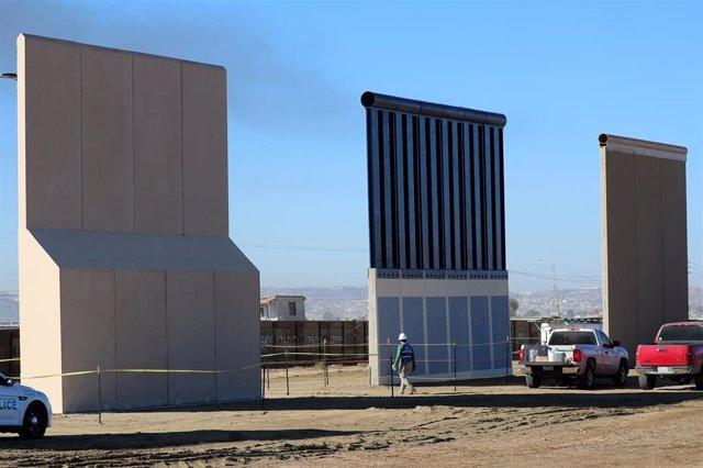 Fotografía de tres prototipos de muro fronterizo del presidente Donald Trump, en la frontera entre Estados Unidos y México.