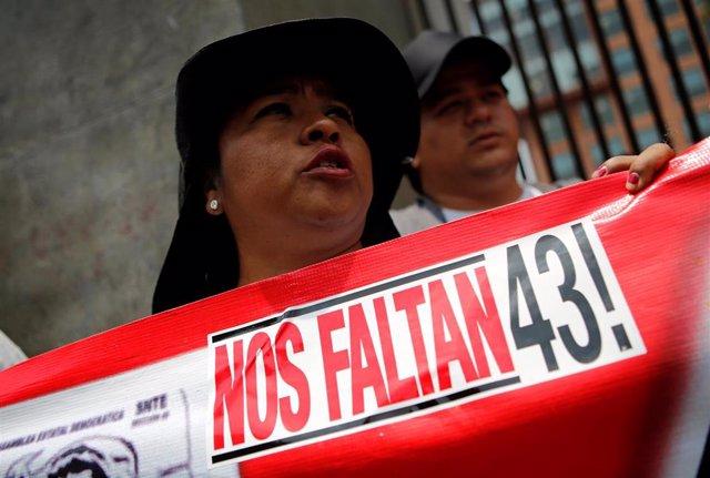 Un familair de los 43 desaparecidos de Ayotzinapa durante una manifestación.