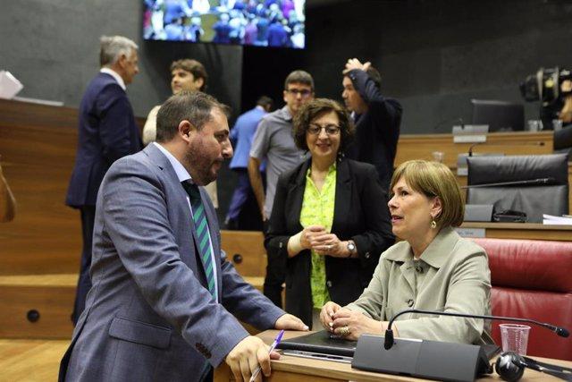 La expresidenta de Navarra, Uxue Barkos, habla con Unai Hualde (Geroa Bai),  presidente del Parlamento de Navarra