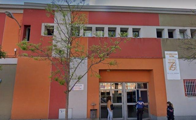 Fachada del centro de acogida San Isidro para personas sin hogar.