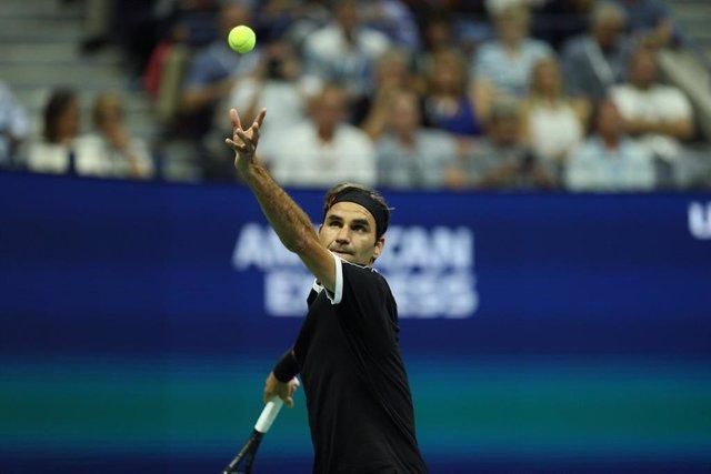 03 September 2019, US, New York: Swiss tennis player Roger Federer in action against Bulgaria's Grigor Dimitrov during their men's singles quarter-final tennis match of the 2019 US Open Grand Slam tournament at the Arthur Ashe Stadium. Photo: -/SMG via ZU