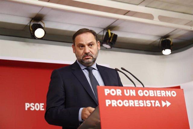 El minsitro de Fomento en funciones, José Luis Ábalos, durante la rueda de prensa, tras la reunión de la Comisión Ejecutiva del PSOE.