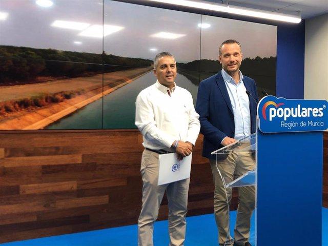 El portavoz del Grupo Parlamentario Popular, Joaquín Segado, y el secretario ejecutivo de Agricultura, Agua y Medio Ambiente, Jesús Cano