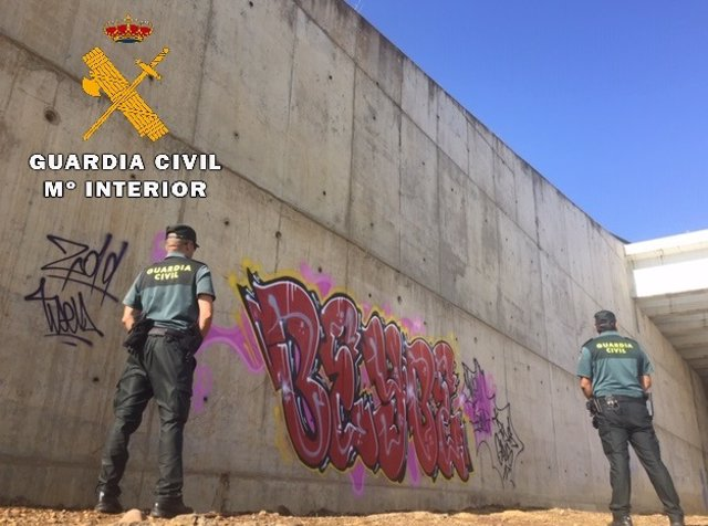 Pintadas en un túnel de la línea de alta velocidad en Paredes de Nava (Palencia).