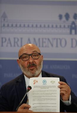 El portavoz parlamentario de Vox en Andalucía, Alejandro Hernández, en rueda de prensa mostrando el acuerdo presupuestario firmado con el Gobierno andaluz de PP-A y Cs