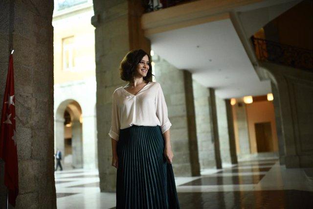 La presidenta de la Comunidad de Madrid, Isabel Díaz Ayuso, espera a las puertas de la Real Casa de Correos de Madrid, al alcalde de Madrid, José Luis Martínez-Almeida, con motivo de su reunión para fomentar la colaboración entre ambas administraciones.