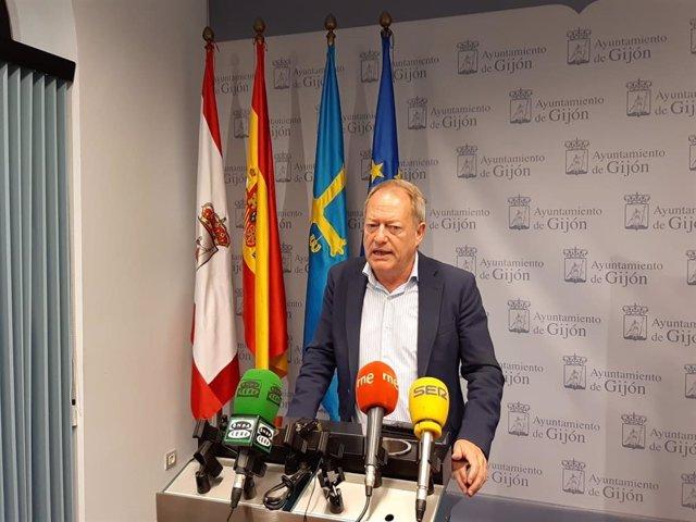 El portavoz de IU en Gijón,  Aurelio Martín, en rueda de prensa en el Consistorio