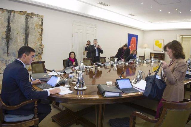 Celebración de una reunión extraordinaria del Consejo de Ministros. En primer término de la imagen, el presidente del Gobierno, Pedro Sánchez y la vicepresidenta, Carmen Calvo. PEDRO SÁNCHEZ PÉREZ-CASTEJÓN;CARMEN CALVO ;